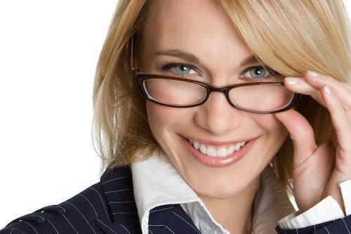 Femme qui porte des lunettes de vue.