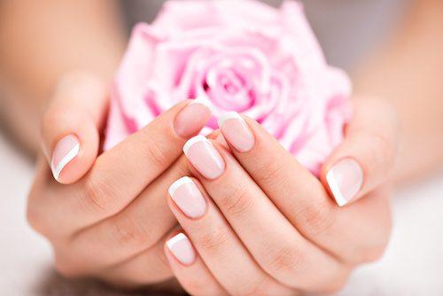 Femme qui a de beaux ongles.