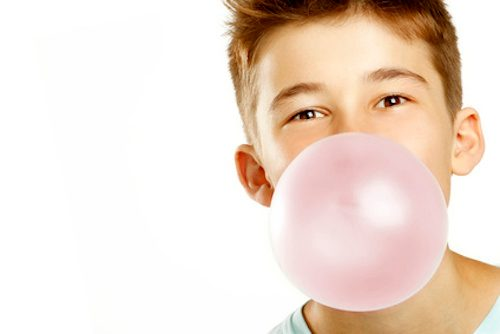 Enfant qui mâche un chewing-gum.