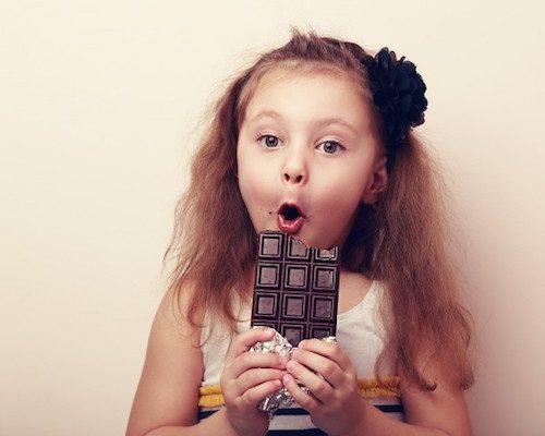 Fille qui est en train de manger du chocolat.