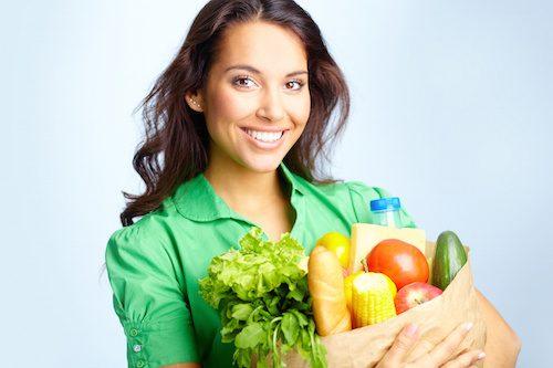 Femme qui conserve ses aliments.