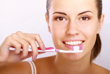 brosser ses dents avec du dentifrice