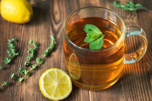 Tisane detox au citron, à la menthe et au thym.