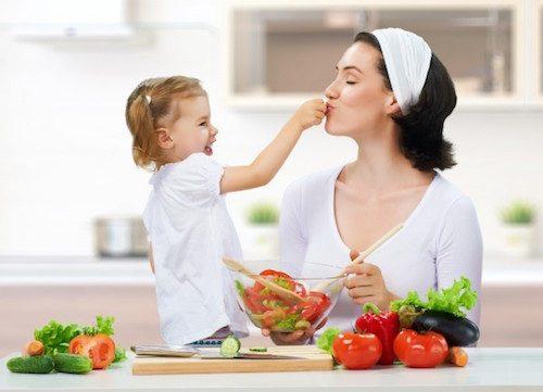 Faire manger des légumes aux enfants.