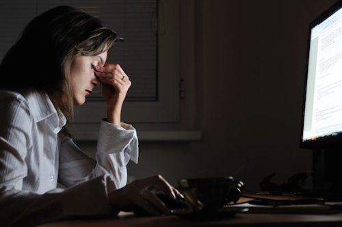 Femme qui souffre de fatigue chronique.