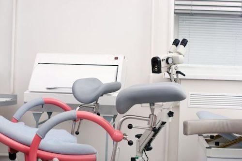 Une salle de gynécologue pour faire un frottis.