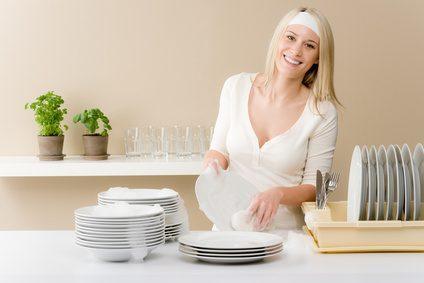 femme qui fait la vaisselle