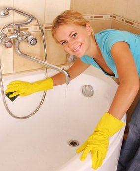 Nettoyage de la maison avec une crème à récurer