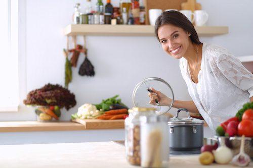 Femme qui est en train d'enlever les odeurs de la cuisine.