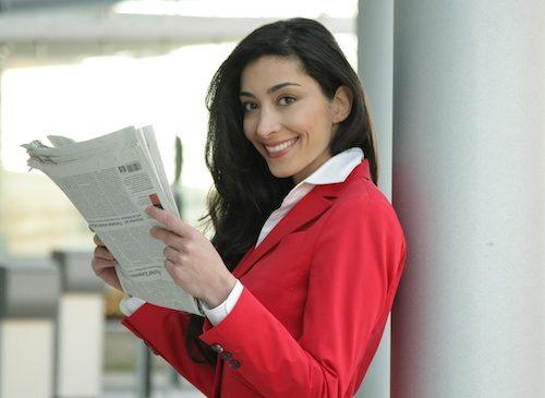 Femme avec un papier journal