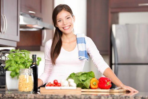 Femme qui prépare un repas équilibré.