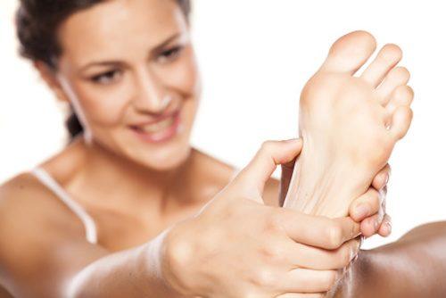 Femme qui a une verrue au pied.